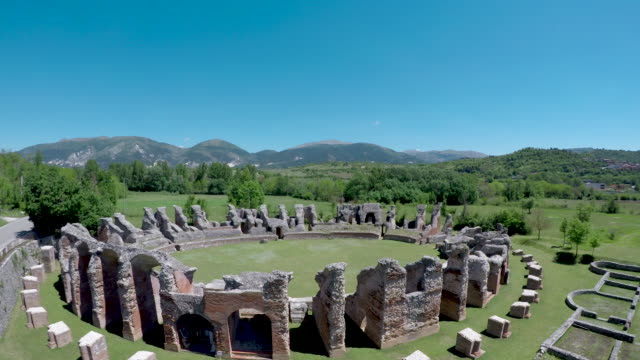 vídeos y material grabado en eventos de stock de a drone view of roman amphitheatre in amiternum near l'aquila on may 30 2017 amiternum a traditional settlement of the sabines is an ancient sabine... - anfiteatro