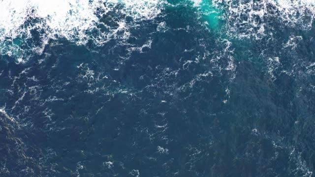 vídeos de stock, filmes e b-roll de drone view of sea surface and waves - tela cheia