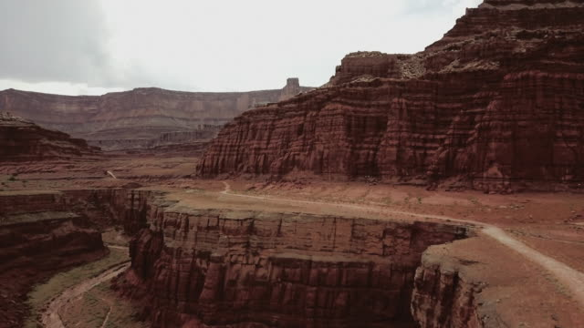 drone view of shafer trail in canyon near moab - strada in terra battuta video stock e b–roll