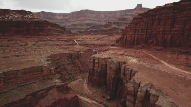 モアブの近くの峡谷でシェーファー トレイルのドローン ビュー - 峡谷点の映像素材/bロール