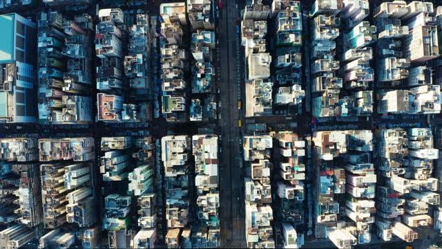 vídeos y material grabado en eventos de stock de vista de drones de la zona de sham shui po en hong kong - top