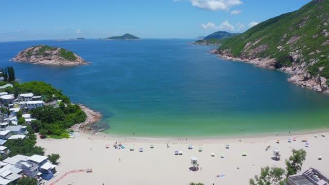 vidéos et rushes de vue de drone de la plage de shek o, île de hong kong - vue du sol