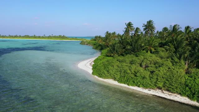 vidéos et rushes de vue de drone de la petite île tropicale aux maldives - lagon