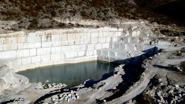 vista drone del sole sul lago di marmo - marmo roccia video stock e b–roll