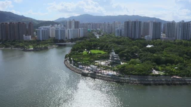 vidéos et rushes de vue de drone de tai po new town, hong kong - hlm