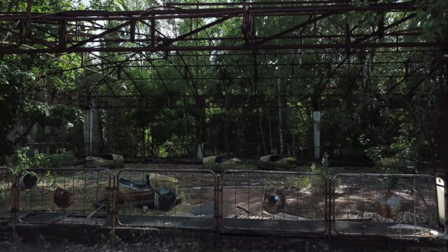 vídeos de stock e filmes b-roll de a drone view of the bumper cars at pripyat amusement park in pripyat on june 18 2019 the chernobyl disaster was a catastrophic nuclear accident that... - para choques