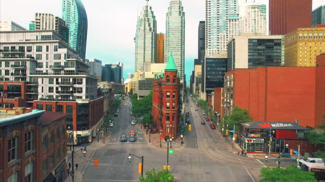 stockvideo's en b-roll-footage met drone view of the downtown district, toronto, canada - stadsweg