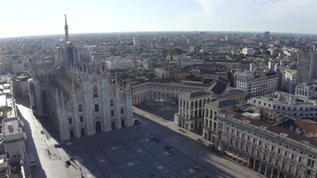 vidéos et rushes de vue de drone du duomo di milano (cathédrale de milan), piazza del duomo (place duomo), palazzo reale et paysage urbain pendant le verrouillage pandémique en 2020. ville vide le matin. - cathédrale