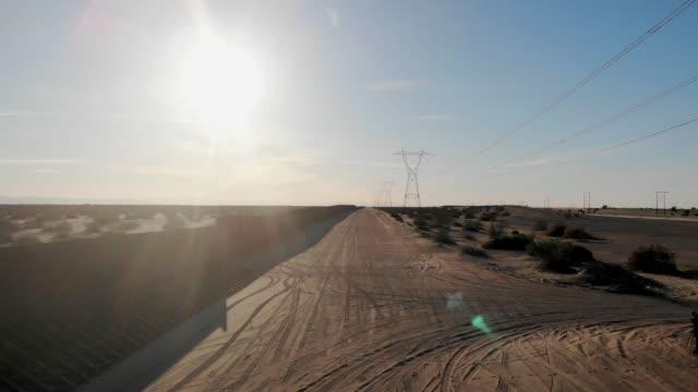 vídeos de stock, filmes e b-roll de visão de drone do muro da fronteira internacional dividindo arizona e califórnia do méxico - muro
