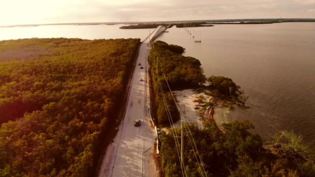 vídeos de stock e filmes b-roll de drone view of the overseas highway in florida keys during sunset. - the florida keys