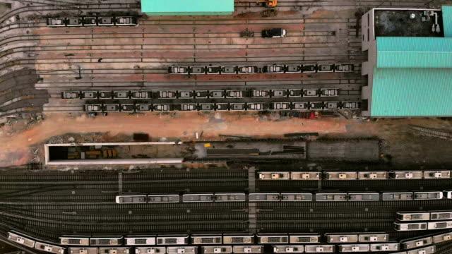 駅のドローンビュー - 操車場点の映像素材/bロール