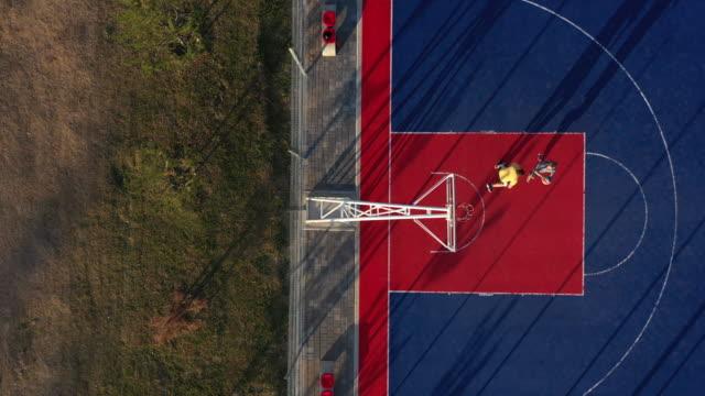 drone beskådar av två basketspelare på basket domstol - gårdsplan bildbanksvideor och videomaterial från bakom kulisserna