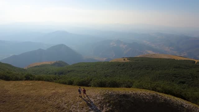 drone view of two friends hiking in the apennines, umbria, italy - berggipfel stock-videos und b-roll-filmmaterial