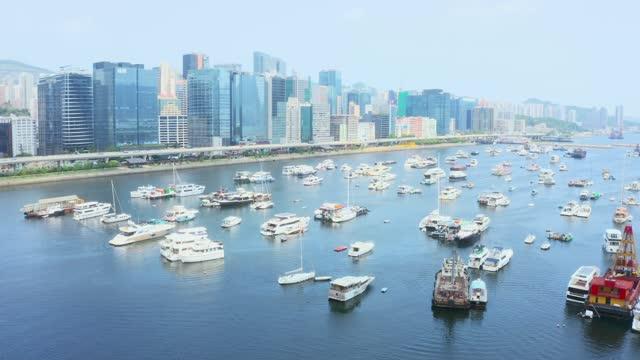 vídeos de stock, filmes e b-roll de vista de drone do abrigo do tufão em kwun tong, kwun tong, kai tak, hong kong - kowloon