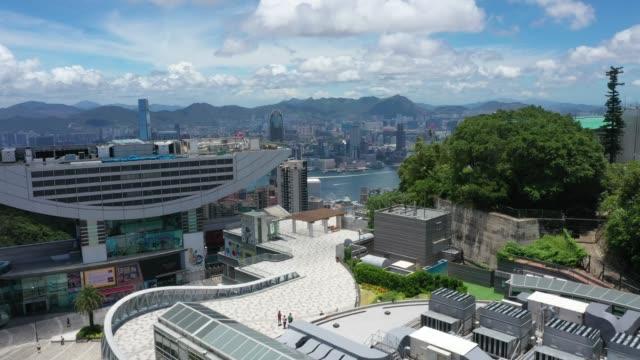 vídeos y material grabado en eventos de stock de vista de drones de victoria peak tower, hong kong - pico victoria