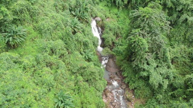 Vue de drone 4K de cascade à Nakorn-Nayok (Thaïlande).