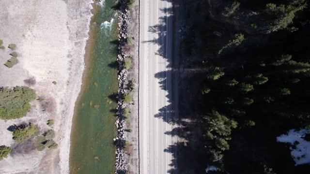 山を通るワイオミング道路のドローンビュー - スネーク川点の映像素材/bロール