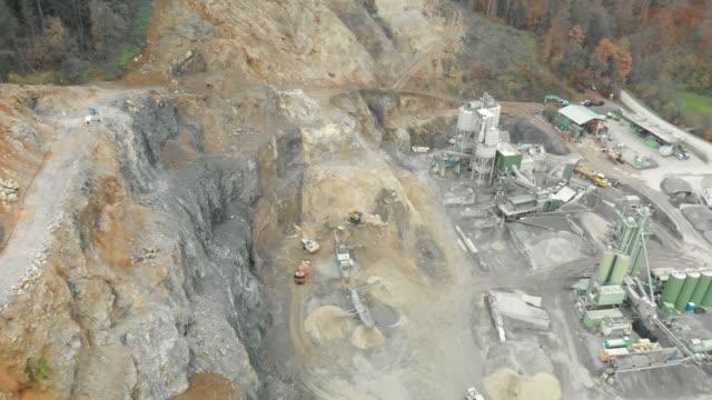 vídeos de stock e filmes b-roll de drone view point - stone quarry - veículo de construção
