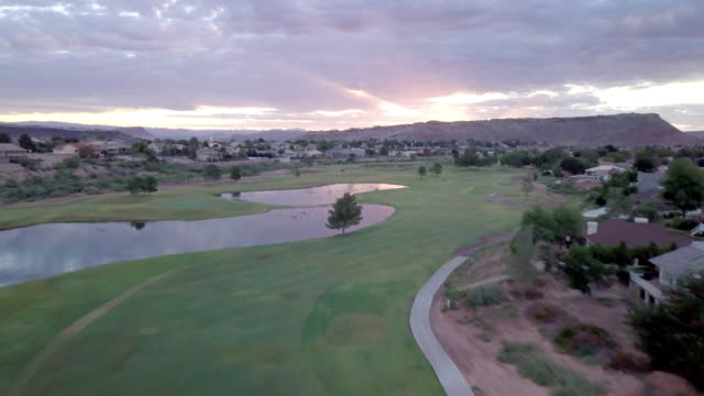 美しいゴルフコースのドローン ビュー日の出 - ヘリコプター点の映像素材/bロール