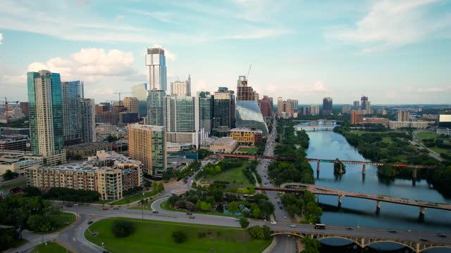 vídeos de stock e filmes b-roll de drone views above austin texas cityscape 2021 - town