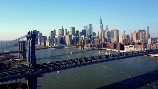 vídeos de stock, filmes e b-roll de a drone views downtown manhattan from the brooklyn bridge in new york - manhattan bridge