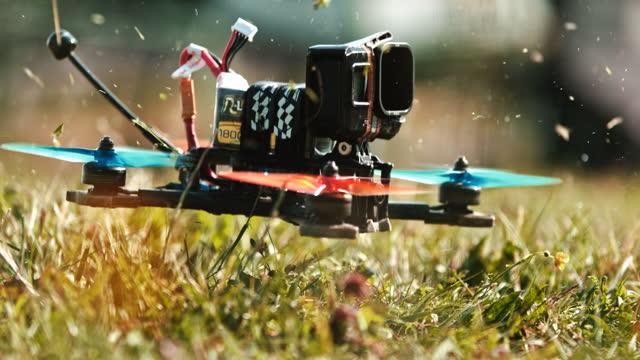 カメラを離陸する取り付け用のスーパースローモーションドローン - 操作する点の映像素材/bロール