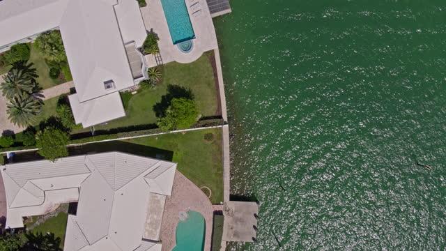 stockvideo's en b-roll-footage met drone-gemaakte video met panning camera beweging. - venetian causeway bridge