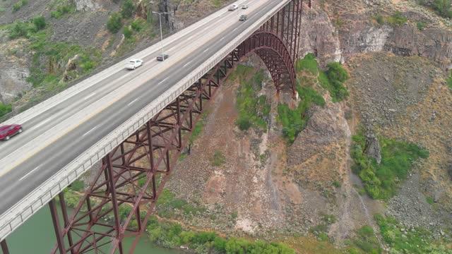 ドローン:空中ロードトリップ。ペリンブリッジツインフォールズの素晴らしい空中写真, アイダホ州, スネークリバーキャニオンのハイウェイ93.米国 - スネーク川点の映像素材/bロール