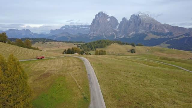 drones: an aerial road trip at dolomites - alpe di siusi video stock e b–roll