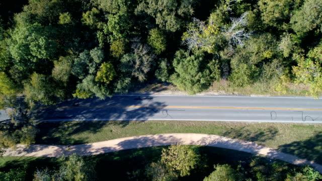 drohnen: eine antenne road trip - ländliche straße stock-videos und b-roll-filmmaterial