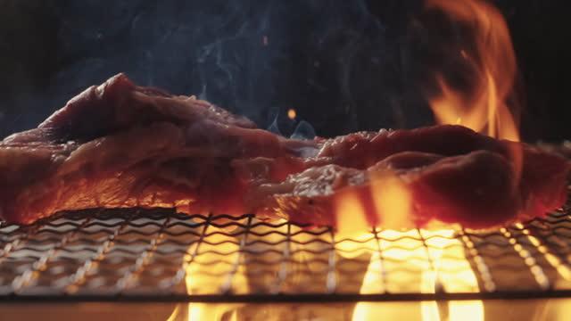 lascia cadere una bistecca di manzo al rallentatore - grigliare video stock e b–roll