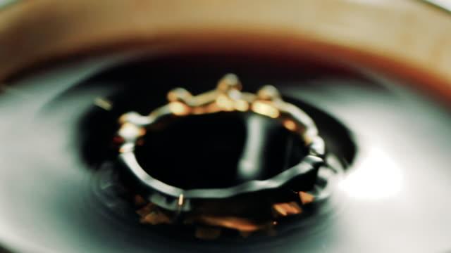 ドロップ的にコーヒーを - coffee cup点の映像素材/bロール