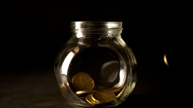 スローモーションコンセプトの形で金貨をドロップ - コイントス点の映像素材/bロール