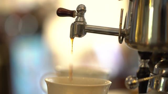 tropfen kaffee in weiße tasse - ausgusstülle stock-videos und b-roll-filmmaterial