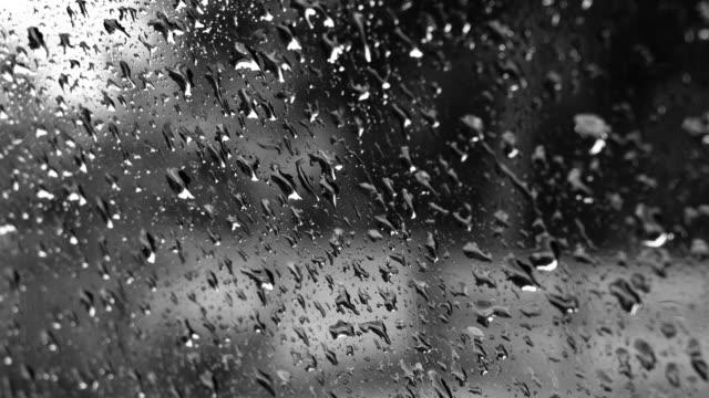 vidéos et rushes de gouttelettes pluie sur la voiture - phare arrière de véhicule