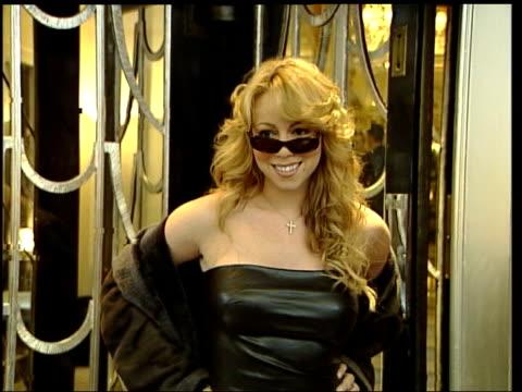 vídeos de stock, filmes e b-roll de dropped by record company lib england london ext pop star mariah carey posing for press outside hotel then along thru fans - mariah carey