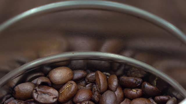 vídeos y material grabado en eventos de stock de dejando caer los granos de café - grano de café tostado