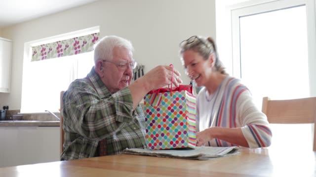 stockvideo's en b-roll-footage met afhaken geschenken voor de vader van de ouderen - verjaardagskado