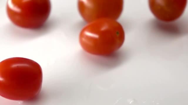 stockvideo's en b-roll-footage met dropping tomaat - slow motion - plusphoto