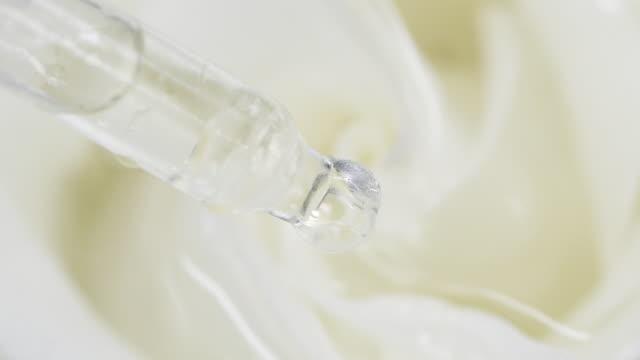 tropfen von pipette fallen im wasser mit einer rose - transparent stock-videos und b-roll-filmmaterial
