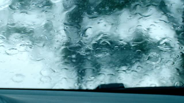 vídeos de stock, filmes e b-roll de gotas de chuva no vidro do carro - pingo de chuva