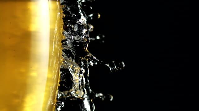 vídeos de stock, filmes e b-roll de gotas de água caindo em um copo cheio de cerveja. metáfora de frescura - beer mug