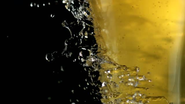 水滴いっぱいビールのグラスにクラッシュします。新鮮さのメタファー - グラス点の映像素材/bロール