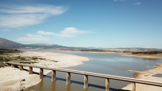 drought-stricken dam south africa - terra brulla video stock e b–roll