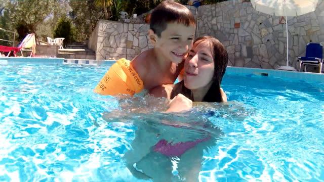 spiel im pool ertrinken - schwimmflügel stock-videos und b-roll-filmmaterial