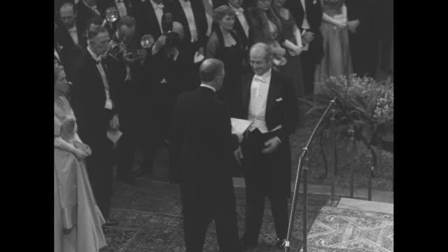 drs john franklin enders thomas huckle weller and frederick chapman robbins face official at nobel prize ceremony they are winners of the prize in... - physik stock-videos und b-roll-filmmaterial