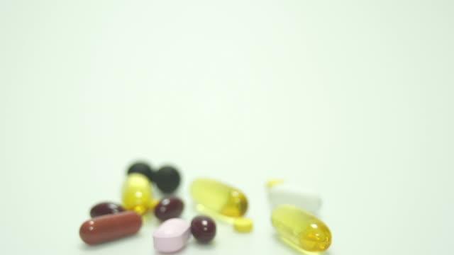 Drugs- en vitamine op wit