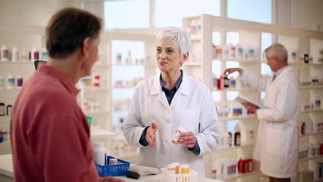 druggist beratung mit männlichen patienten - prescription medicine stock-videos und b-roll-filmmaterial