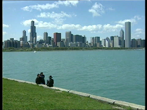 chicago schoolchildren drugs and crime chicago schoolchildren usa illinois chicago vox pops teenage drug users sot gv chicago skyline pull out ms... - chicago 'l' bildbanksvideor och videomaterial från bakom kulisserna