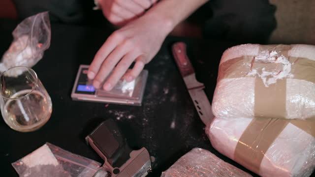 薬物の用量を選別する薬物ディーラー。 - 犯罪者点の映像素材/bロール
